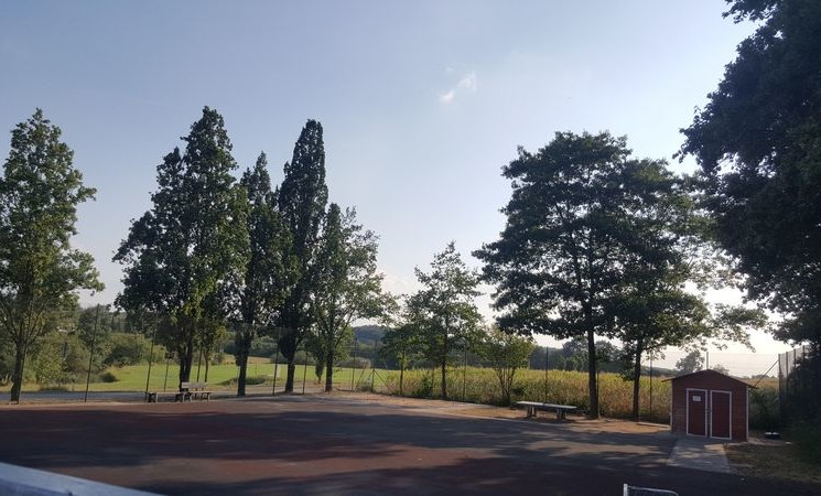 Hartplatz an der Grundschule - Freistaat fördert Erneuerung